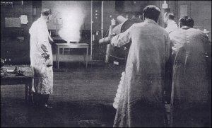 Grindell-Matthews demonstrates his 'death ray' in a London lab during 1924 (credit: BBC)